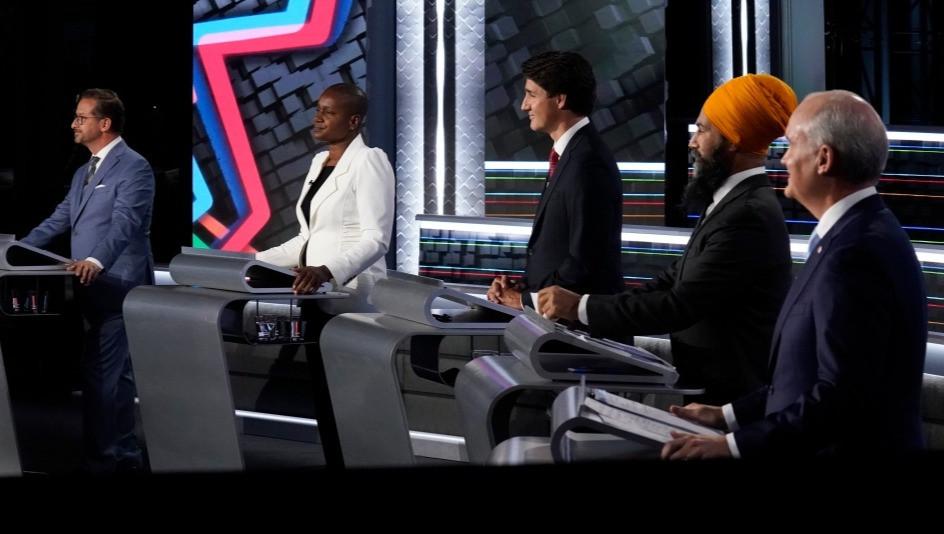 El líder del bloque quebequense, Yves-Francois Blanchet, de izquierda a derecha, la líder del Partido Verde Annamie Paul, el líder liberal Justin Trudeau, el líder del NDP Jagmeet Singh y el líder conservador Erin O'Toole participan en el debate federal de habla inglesa en Gatineau, Que., el jueves 9 de septiembre de 2021.