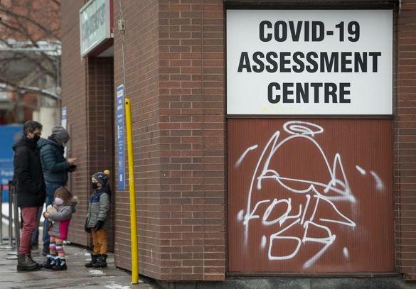 Las personas hacen fila en el centro de evaluación de COVID-19 en el Toronto Western Hospital.