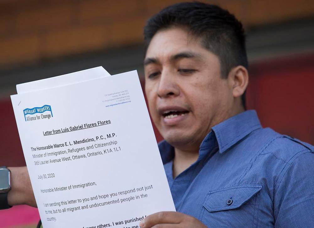 Scotlynn Growers niega las acusaciones de Gabriel Flores Flores, visto aquí en julio leyendo la carta que entregaría al ministro federal de inmigración.