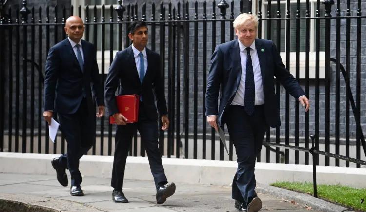 El primer ministro británico, Boris Johnson (derecha), junto con el ministro de Hacienda, Rishi Sunak, y el secretario de Salud, Sajid Javid, llegan para una conferencia de prensa en Downing Street, en Londres, el 7 de septiembre de 2021.