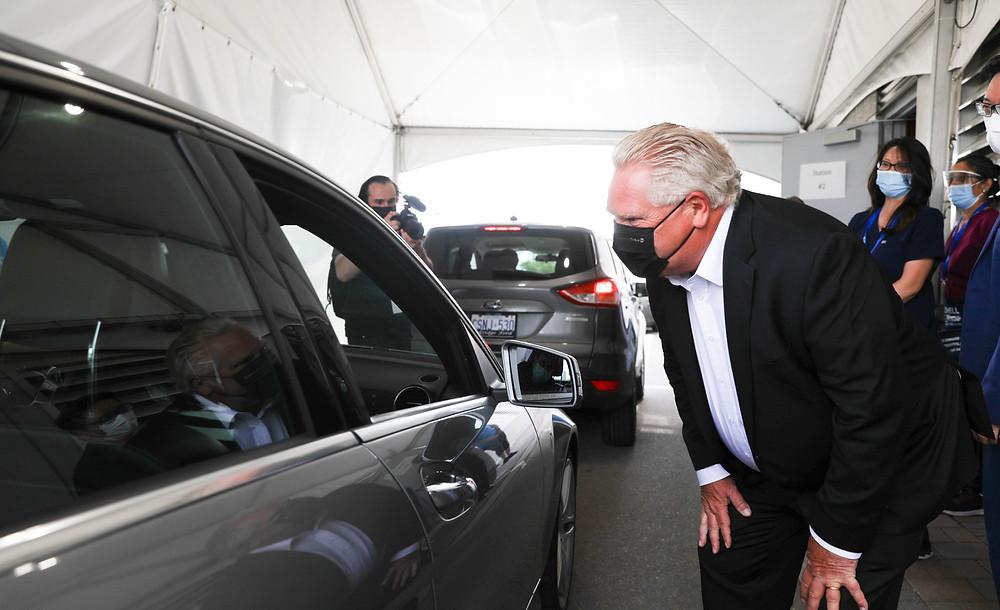 El premier de Ontario, Doug Ford, visitando el centro de vacunación en Stouffville el pasado 17 de junio de 2021.