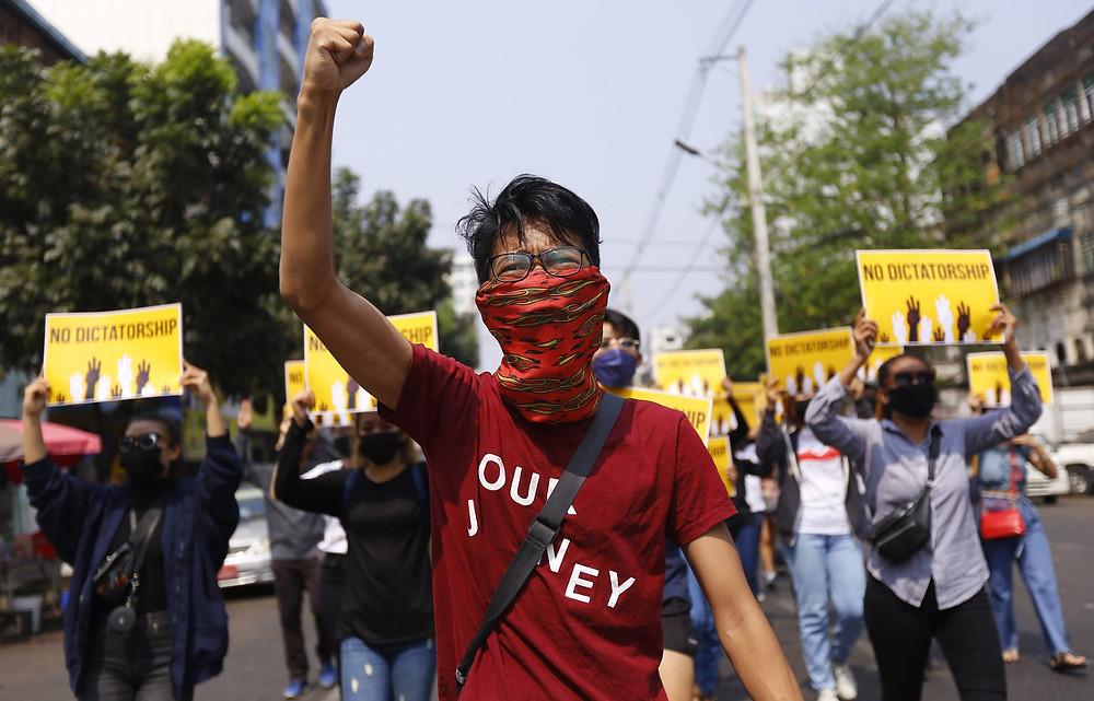 """Marcha en Yangon, Myanmar, el viernes 26 de marzo de 2021. Los manifestantes contra la toma militar del mes pasado en Myanmar volvieron a las calles en gran número el jueves, un día después de realizar una """"huelga de silencio"""" en la que la gente estaba instado a quedarse en casa y negocios a cerrar por el día."""