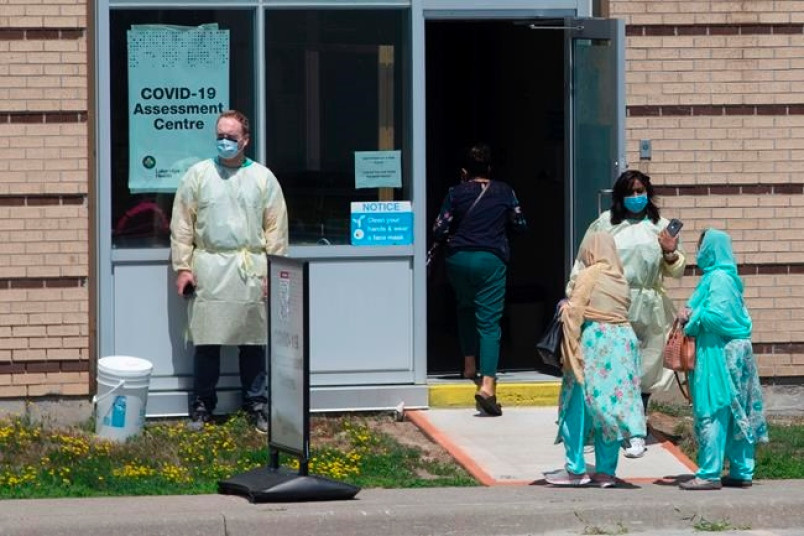 Las personas asisten a un centro de pruebas de COVID en un hospital en Ajax, Ontario, el martes 28 de julio de 2020.