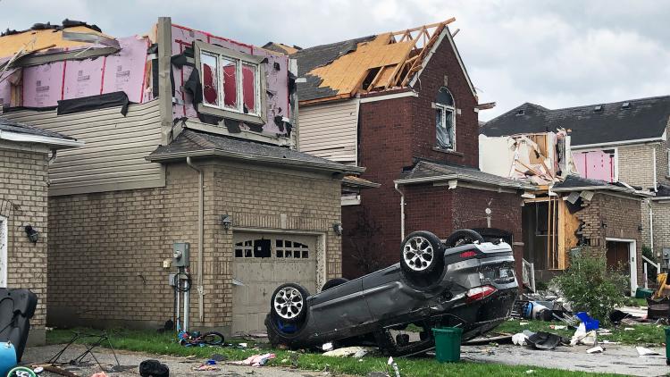 Casas dañadas en Barrie, Ontario, el 15 de julio de 2021, después de que pasara un tornado.