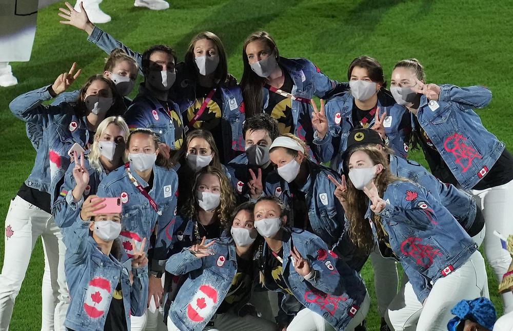 Atletas de Canadá posan para una foto durante la ceremonia de clausura en el Estadio Olímpico de los Juegos Olímpicos de Verano de 2020, el domingo 8 de agosto de 2021, en Tokio, Japón.