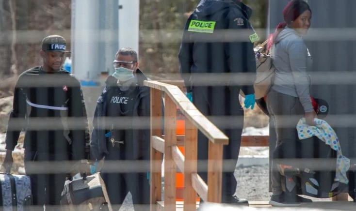solicitantes de asilo cruzan la frontera de Nueva York a Canadá en Roxham Road el miércoles 18 de marzo de 2020 en Hemmingford, Que.