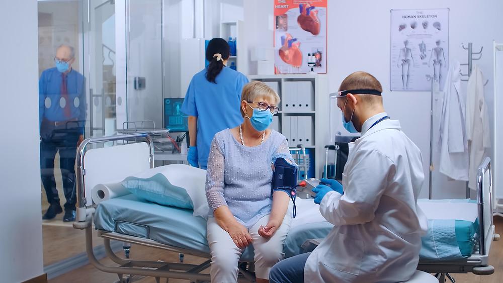 Los pacientes con COVID-19 disminuyen en las UCI mientras las nuevas infecciones aumentan en Ontario.