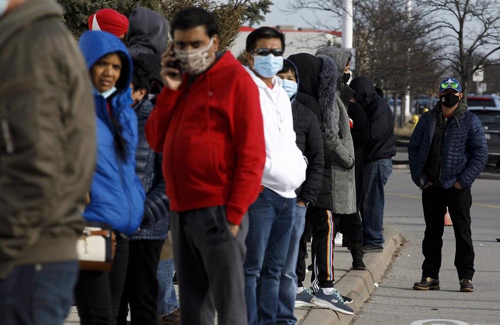 Los compradores hacen fila fuera del centro comercial Vaughan Mills en Vaughan, Ontario, el domingo 29 de noviembre de 2020.