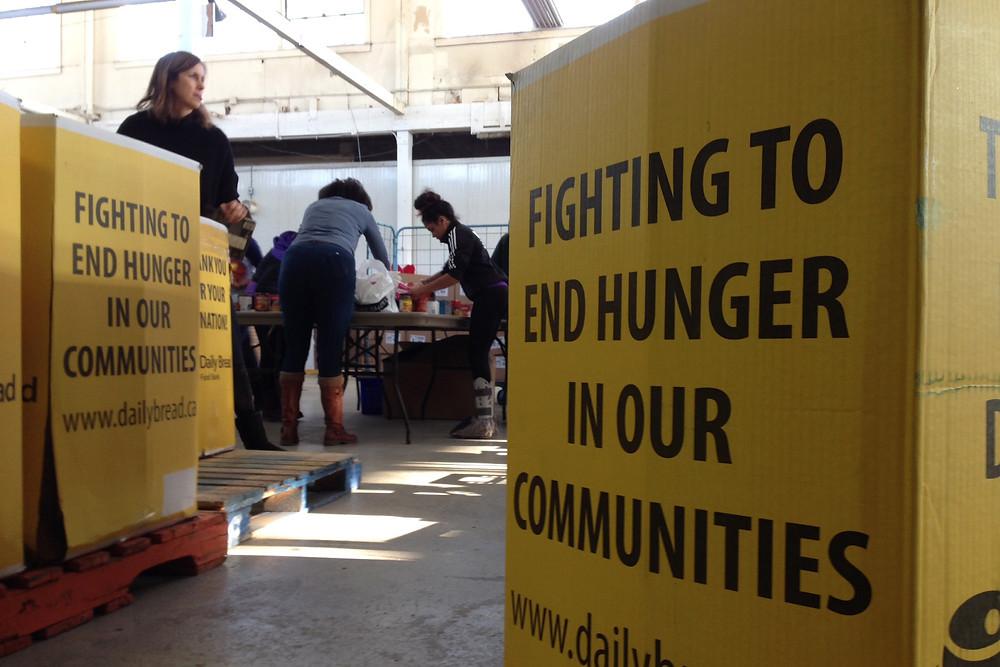 Foto de archivo de 'una estación' de comida en una campaña de Daily Bread Food Bank.