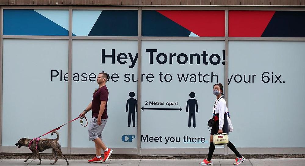 Los peatones cerca del Eaton Centre mantienen la distancia a medida que aumenta el número de casos de COVID-19 en la provincia de Ontario y en Toronto.