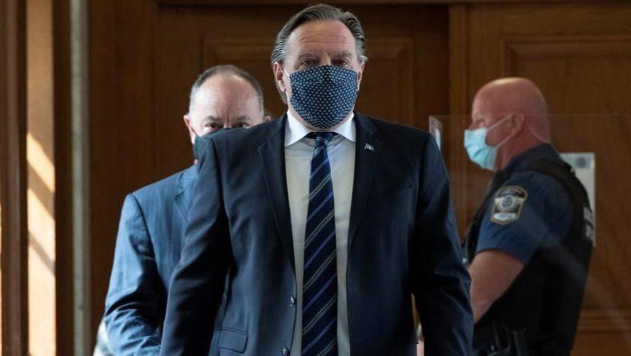 El premier de Quebec, Francois Legault, seguido por el ministro de Salud de Quebec, Christian Dube, también realizó una conferencia de prensa sobre la pandemia de COVID-19 en la Asamblea Nacional en la ciudad de Quebec el 15 de septiembre de 2020.