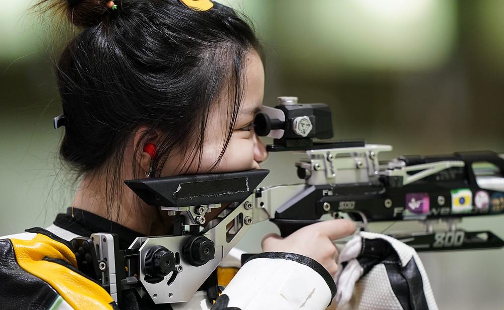 Qian Yang, de China, practica en el campo de tiro de Asaka antes de los Juegos Olímpicos de Verano de 2020, el viernes 23 de julio de 2021, en Tokio, Japón.