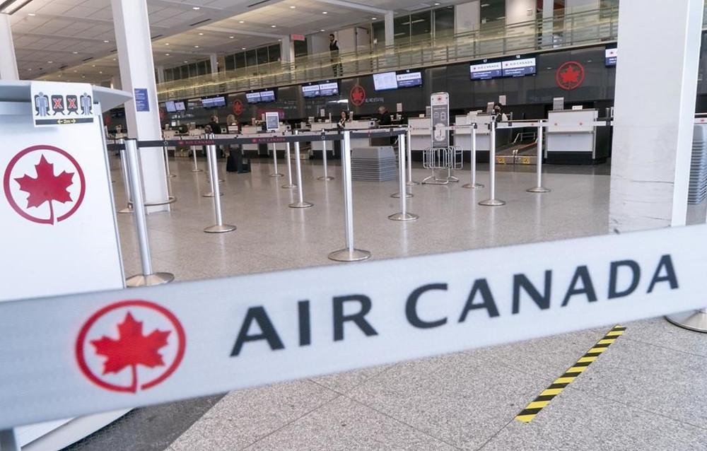 Un mostrador de facturación de Air Canada vacío se ve en el Aeropuerto Internacional de Montreal-Trudeau en Montreal, el miércoles 8 de abril de 2020.