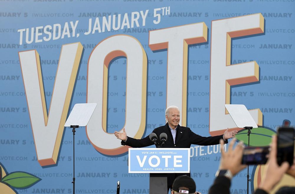 El presidente electo de EE. UU., Joe Biden, aparece durante un mitin de campaña para los demócratas Jon Ossoff y Raphael Warnock en el estacionamiento del estadio de la Universidad Estatal de Georgia en Atlanta, Georgia, EE. UU., 04 de enero de 2020.