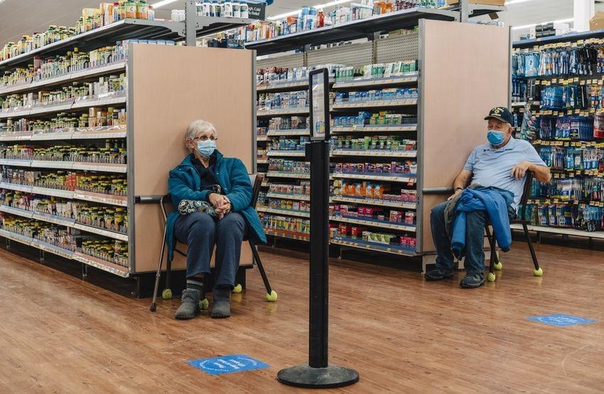 Pat Thomas y John Thomas recibieron las primeras dosis de la vacuna Covid-19 de Skowhegan Walmart el viernes.