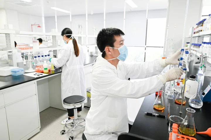 Científicos trabajan para entender el comportamiento del coronavirus.