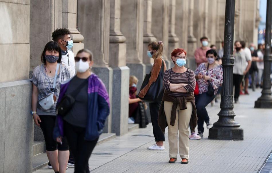 Personas con mascarillas hacen fila para hacerse la prueba de la enfermedad por coronavirus (COVID-19) en el Teatro Colón, en Buenos Aires, Argentina, 13 de abril de 2021.
