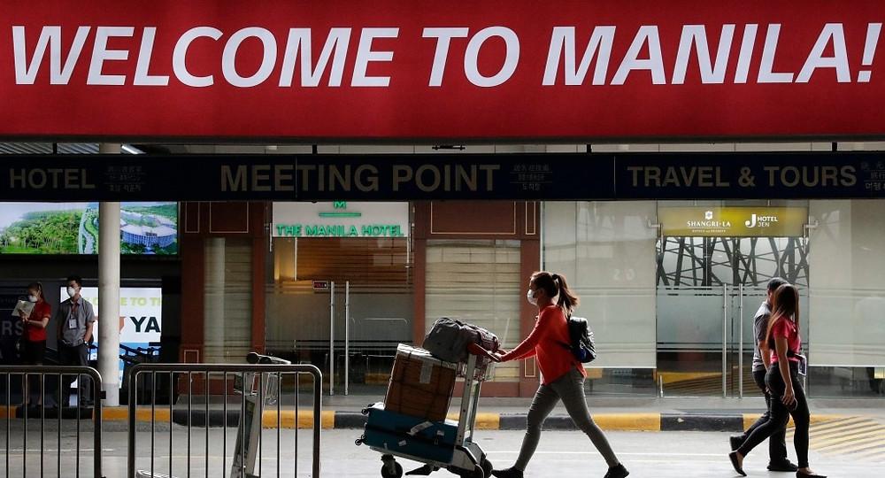 En esta foto de archivo del 3 de febrero de 2020, una mujer con una máscara protectora llega al aeropuerto internacional de Manila, Filipinas.