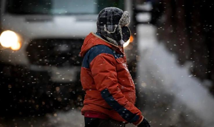 Un hombre camina con una mascarilla en el centro de Torotono a principios de este mes.