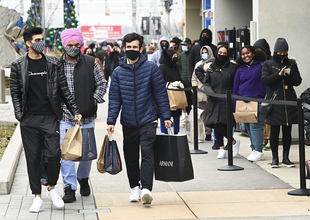 La gente hace cola en el centro comercial Toronto Premium Outlets el viernes negro para las ventas de compras durante la pandemia de COVID-19 en Milton, Ontario, el viernes 27 de noviembre de 2020.