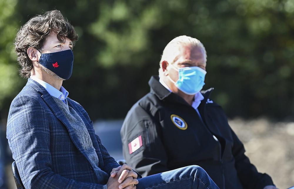 El primer ministro canadiense Justin Trudeau, a la izquierda, y el primer ministro de Ontario, Doug Ford, participan en un evento innovador en el sitio de minería de Iamgold Cote Gold en Gogama, Ontario, el viernes 11 de septiembre de 2020.