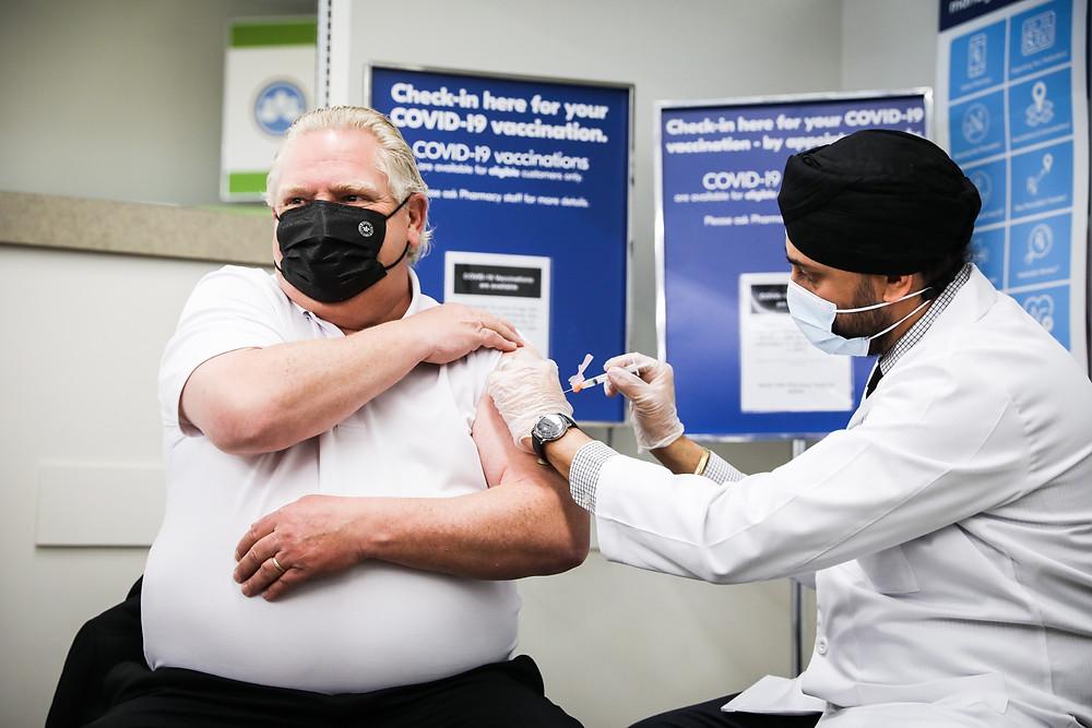 Doug Ford recibió la primera dosis de la vacuna COVID-19 de AstraZeneca.