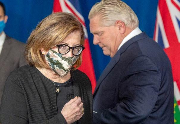 a Dra. Barbara Jaffe, oficial médica adjunta de salud de Ontario, camina hacia el podio para hablar después del primer ministro Doug Ford en la sesión informativa diaria en Queen's Park en Toronto el 8 de enero de 2021.