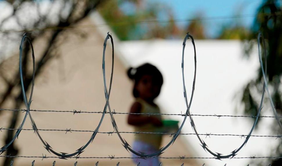 En esta foto de archivo del 18 de noviembre de 2020, una niña juega en un campamento para solicitantes de asilo en el límite de Estados Unidos, en Matamoros, México.