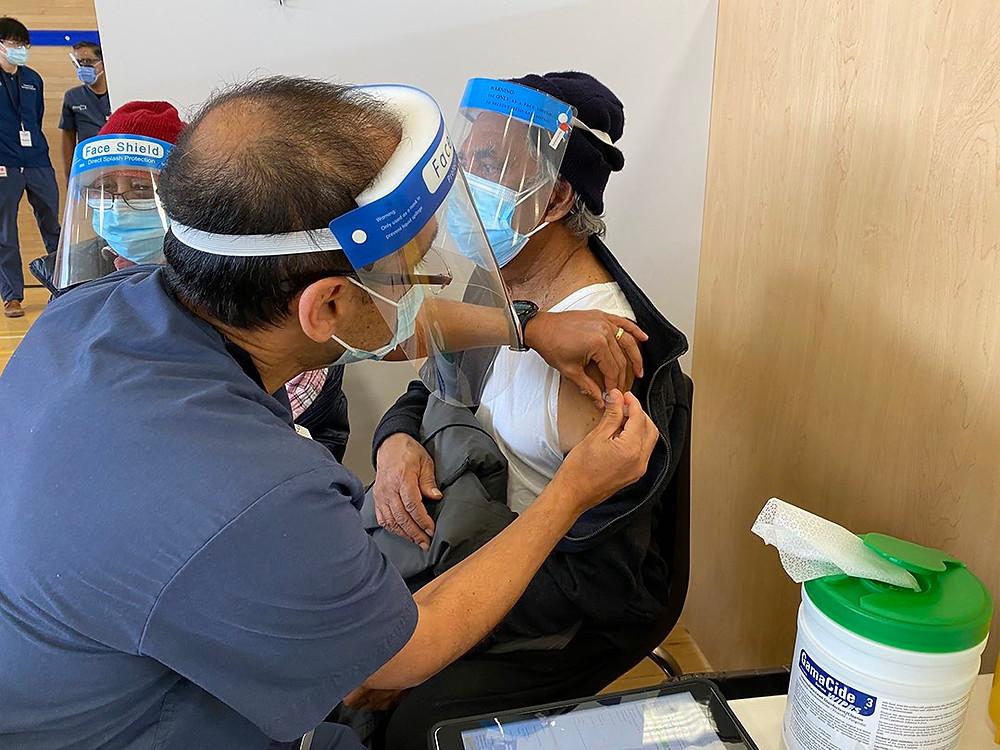 """""""La abrumadora mayoría"""" de casos nuevos de COVID-19 se están dado en personas no vacunadas."""