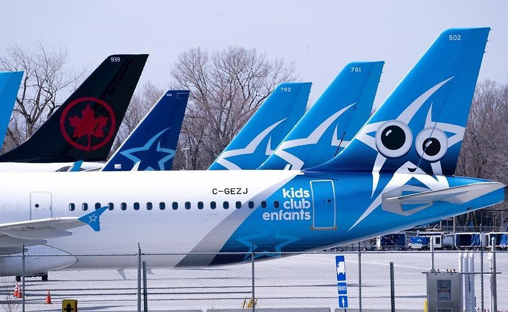 Las aeronaves de Air Transat y Air Canada se ven en la pista del Aeropuerto Internacional de Montreal-Trudeau en Montreal, el miércoles 8 de abril de 2020.Las autoridades reguladoras europeas han reanudado su investigación sobre la compra propuesta por Air Canada de Transat AT, dándose algunos más. meses para tomar una decisión.