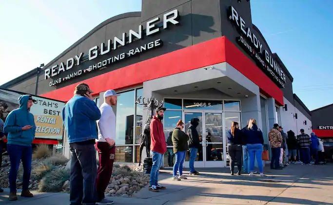 Los clientes hicieron fila frente a una tienda de armas en Orem, Utah, el mes pasado.