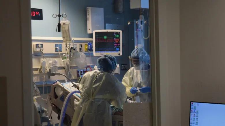 trabajadores de primera línea del Hospital Markham Stouffville al noreste de Toronto atienden a un paciente con COVID-19 en la UCI.