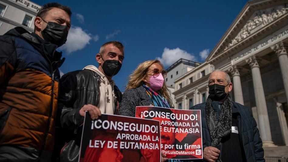 Activistas a favor de la eutanasia fuera del Congreso el jueves.