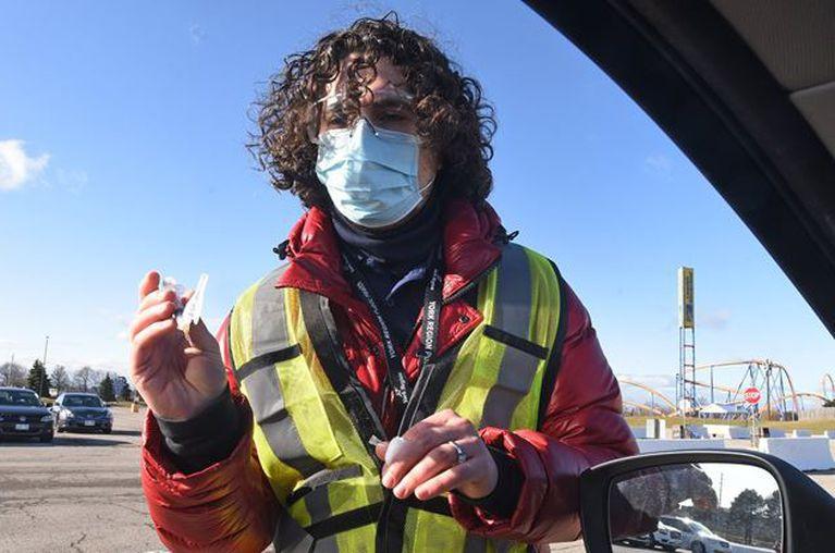 El enfermero registrado Daniel Shvarts trabaja en la primera clínica de vacunación COVID-19 de GTA el 29 de marzo en el estacionamiento de Canada's Wonderland.