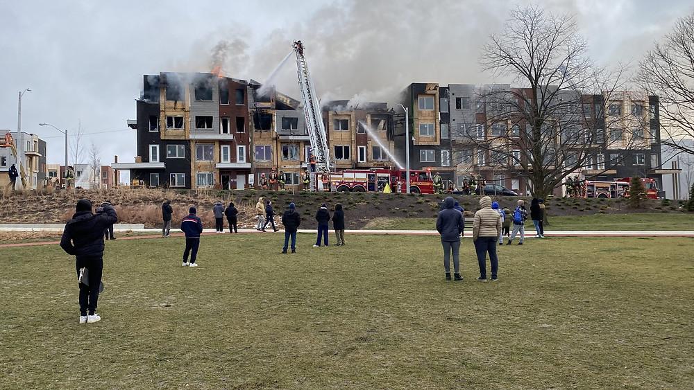 Los bomberos luchan contra un incendio de tres alarmas en un complejo de casas adosadas en construcción cerca de Downsview Park.