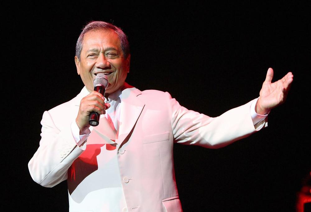 Armando Manzanero, cantando en Hollywood en 2016.
