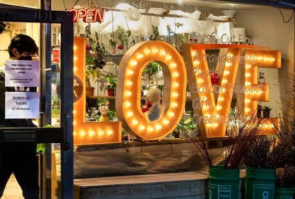 Un empleado sale de una floristería en Toronto el miércoles 10 de febrero de 2021. Las floristerías están descubriendo nuevas formas de prepararse para el Día de San Valentín durante la pandemia de COVID-19.