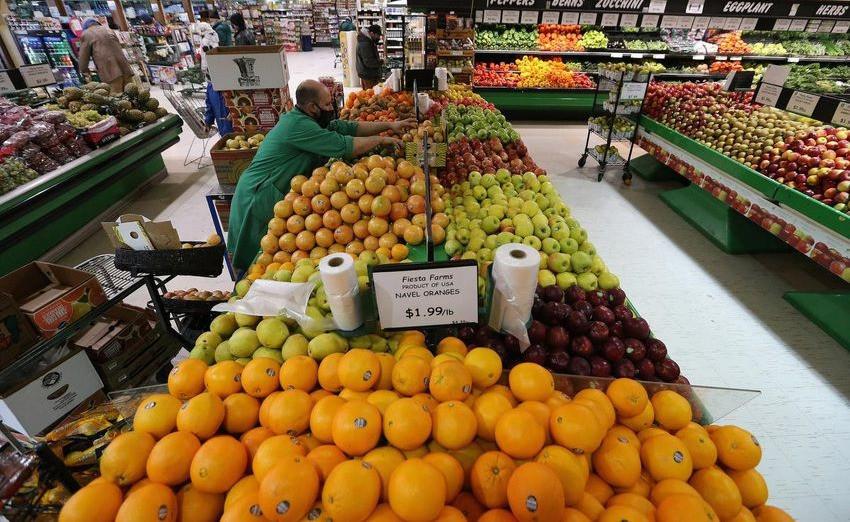 Un empleado organiza los productos agrícolas en Fiesta Farms de Toronto el lunes. El costo anual de los comestibles para la familia canadiense promedio aumentará un cinco por ciento en 2021, en casi $ 700, según el undécimo Informe anual de precios de los alimentos.