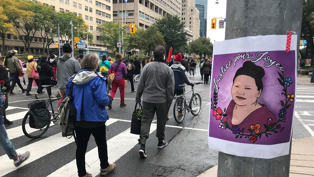 Los manifestantes caminan por el distrito hospitalario en el centro de Toronto exigiendo #JusticeForJoyce