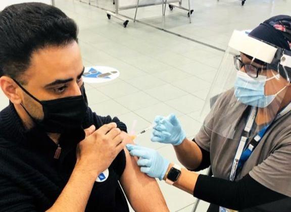Amarjot Sandhu siendo vacunado contra el covid-19 en Brampton.