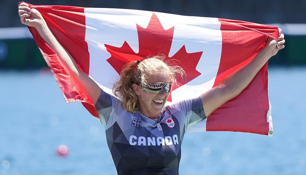 Laurence Vincent-Lapointe, de Canadá, sonríe mientras sostiene la bandera canadiense después de competir en la final de la competencia de canoa C1 de 200m en los Juegos Olímpicos de Verano de 2020, el jueves 5 de agosto de 2021 en Tokio, Japón.