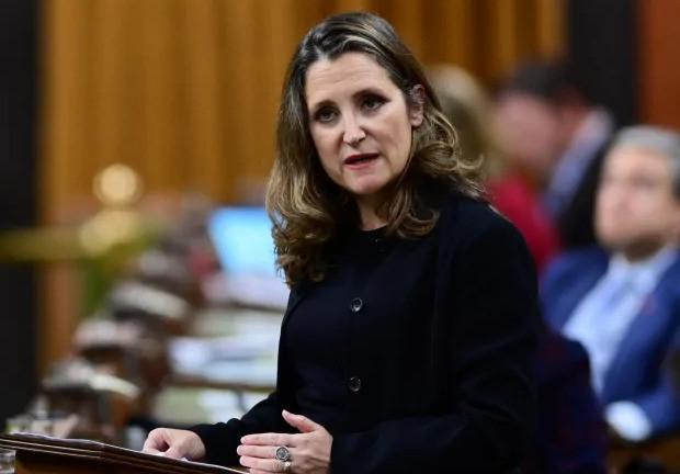 La oficina de la ministra de Finanzas, Chrystia Freeland, dice que el gobierno está siendo transparente sobre cuánto ha gastado.