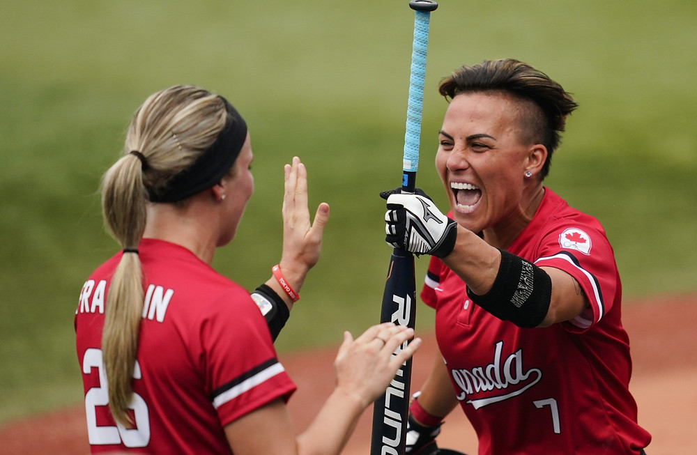 Larissa Franklin de Canadá, a la izquierda, celebra con Jenn Salling, quien acaba de anotar durante un juego de softbol contra México en los Juegos Olímpicos de Verano de 2020, el martes 27 de julio de 2021, en Yokohama, Japón.