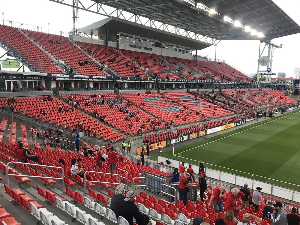 Fanáticos en BMO Field, el 17 de julio de 2021, para ver al Toronto FC por primera vez desde que comenzó la pandemia del COVID-19.