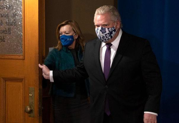 El premier de Ontario, Doug Ford, y la ministra de Salud, Christine Elliott, llegan a la reunión informativa diaria en Queen's Park el lunes, en la que Ford anunció los últimos planes para reabrir la provincia en medio de la pandemia.