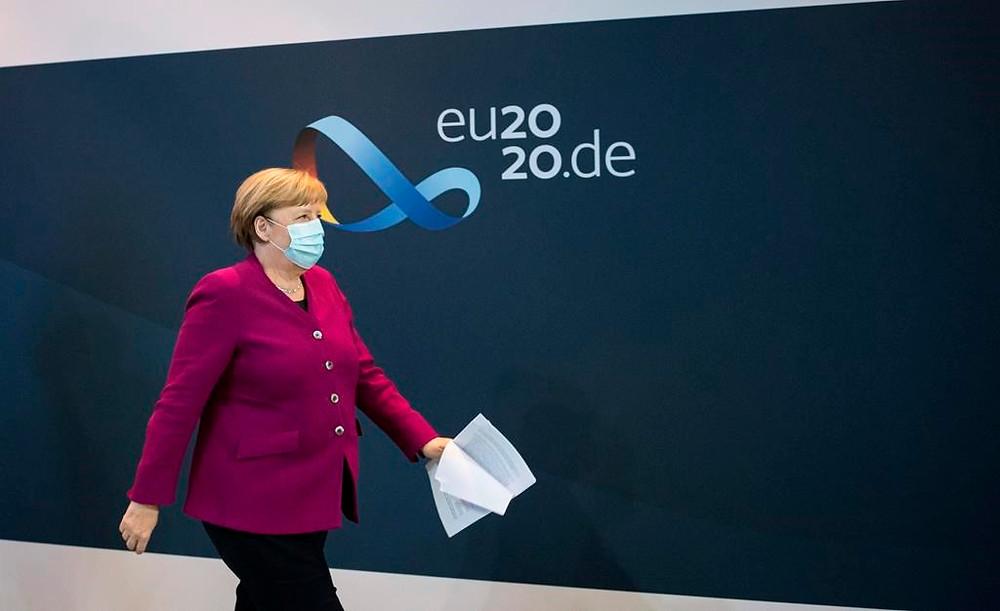 canciller alemana, Angela Merkel, se marcha después de una conferencia de prensa tras una reunión de los gobernadores de los estados alemanes sobre la situación del coronavirus en Berlín