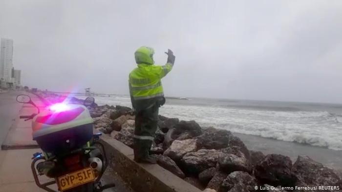 La Policía advierte a la gente no nadar en el mar luego de la llegada del huracán Iota a Cartagena, Colombia. (15.11.2020).