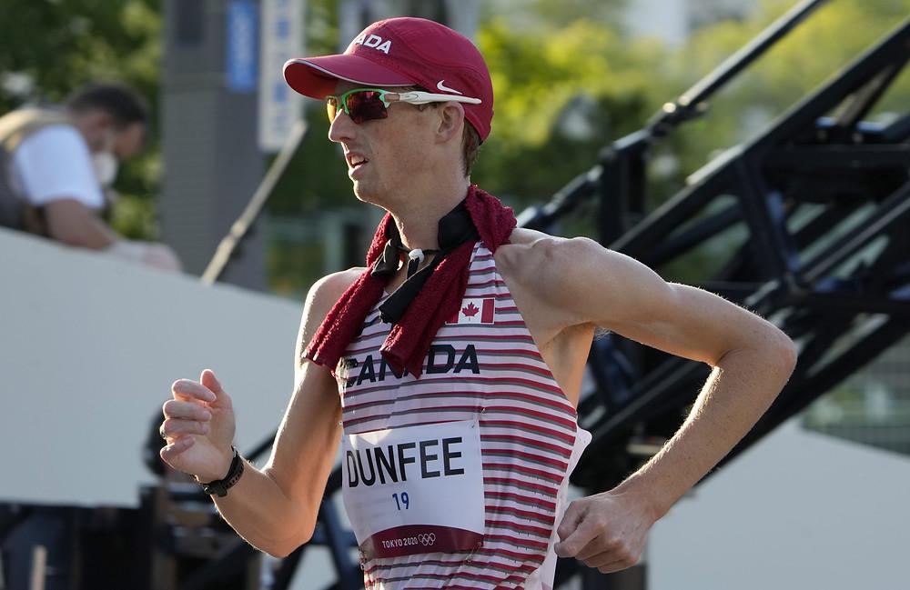 Evan Dunfee, de Canadá, compite en la marcha masculina de 50 km en los Juegos Olímpicos de Verano de 2020, el viernes 6 de agosto de 2021 en Sapporo, Japón.