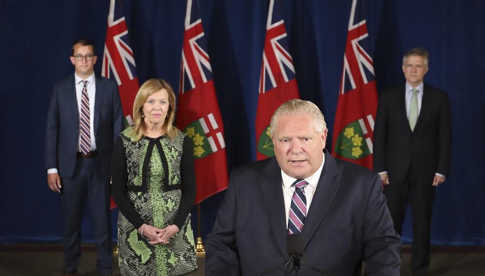El premier de Ontario, Doug Ford, celebra su conferencia de prensa diaria sobre el COVID-19 en la legislatura de Ontario en Queen's Park en Toronto, el lunes 22 de junio de 2020, acompañado por Christine Elliott, viceprimer ministro y ministro de Salud, Rod Phillips (derecha), ministro de Finanzas y Monte McNaughton, (izquierda) Ministro de Trabajo, Capacitación y Desarrollo de Habilidades.