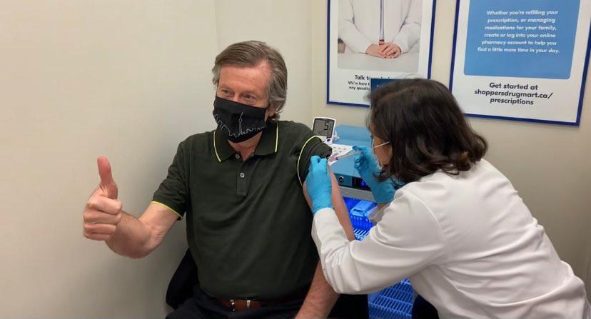 El alcalde de Toronto recibe su primera dosis de la vacuna COVID-19 de AstraZeneca.